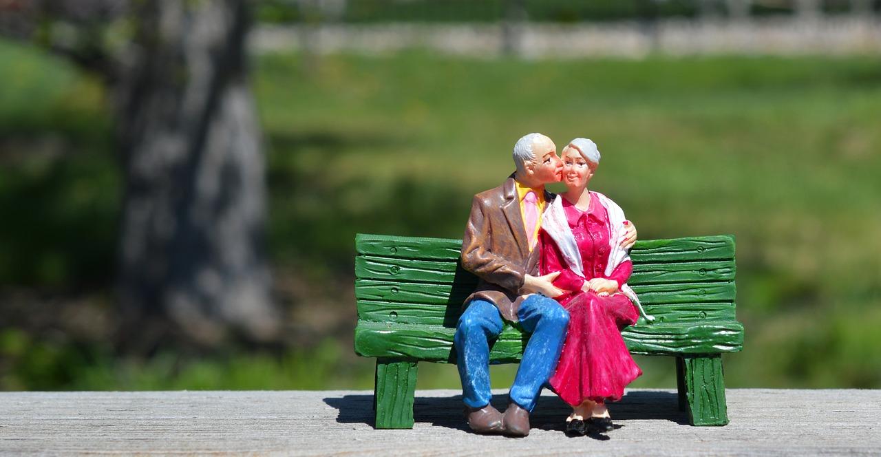 年金のお金だけで老後は生活できるのか